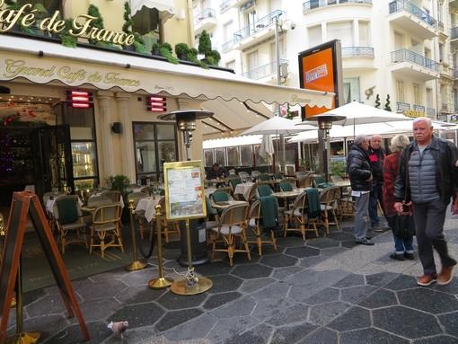 Dehors riscaldato sulla pietonne a Nizza (immagine di archivio)