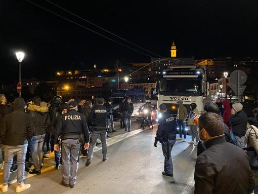 Ventimiglia: manifestazione tra il ponte 'Doria' e piazza Costituente, traffico bloccato dalla Francia
