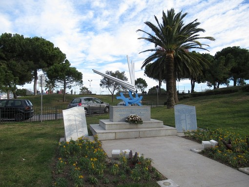 Il monumento alle vittime del disastro aereo a Carras