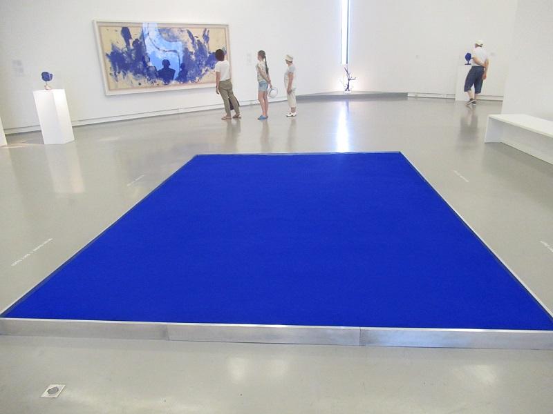 il blu di yves klein nella mostra permanente al mamac l artista di nizza brevett il suo. Black Bedroom Furniture Sets. Home Design Ideas