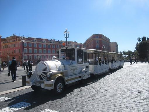 Il trenino turistico in Place Massena a Nizza