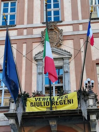 La bandiera francese esposta a Cuneo il 7 febbraio  a fianco di quella italiana e di quella europea