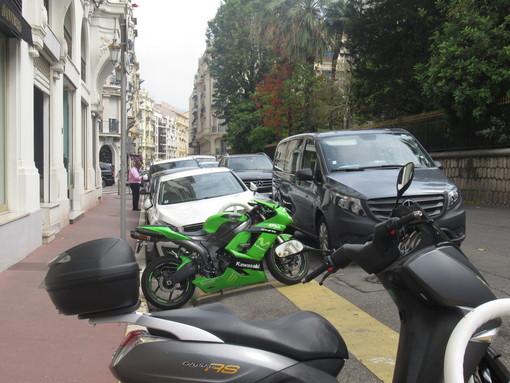 Auto in sosta in seconda fila a Nizza