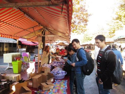 Turisti cinesi al mercato di Cours Saleya