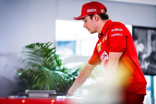 """Formula 1. È la giornata delle """"passerelle"""" a Montecarlo, e il fascino di un Leclerc vestito di rosso accende le speranze dei monegaschi"""