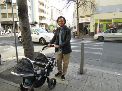 Un papà col bambino (foto di archivio)