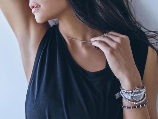Regalare una collana d'argento con messaggi positivi