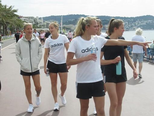Atlete della squadra inglese a passeggio sulla Promenade, alle spalle le scozzesi