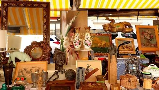 Brocante in Cours Saleya a Nizza, fotografia di Ghjuvan Pasquale
