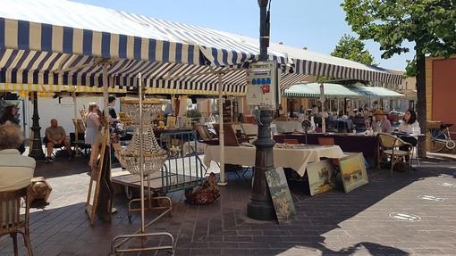Brocante in Cours Saleya foto di Ghjuvan Pasquale