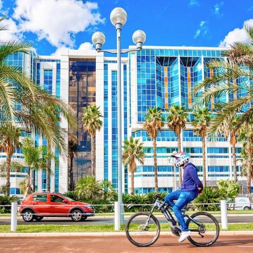 Nizza, ciclista davanti all'Ospedale Lenval