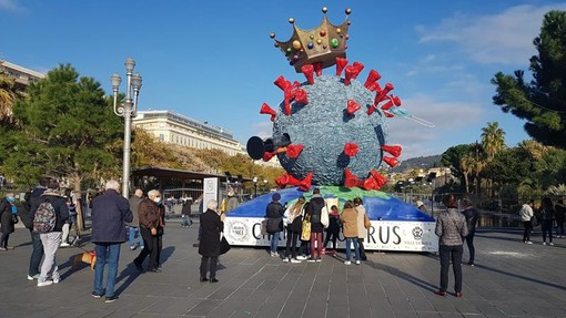 Carnavalovirus in Place Massena, fotografie di  Ghjuvan Pasquale