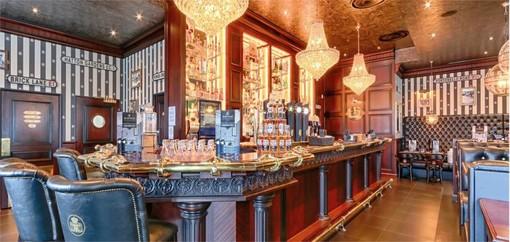 """L'interno di un pub della catena """"Au bureau"""""""