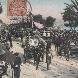Corso des voitures fleuries sur la Promenade des Anglais, carte postale Jean Giletta (Nice), vers 1906.Archives Nice Côte d'Azur – Ville de Nice, 10 Fi 5
