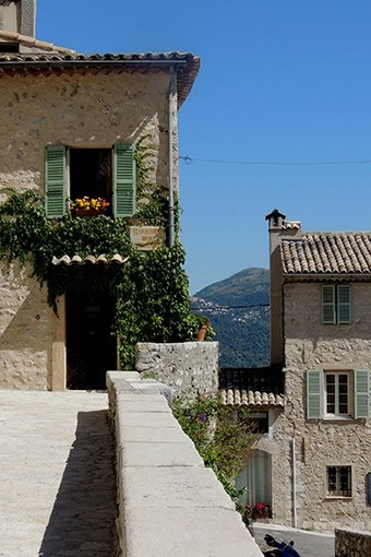 Foto 1: Perdersi nei vicoli medievali del villaggio - - Foto Office de Tourisme Métropolitain Crédits Photos : @ OTM BIT Carros @ Retaurant La Forge