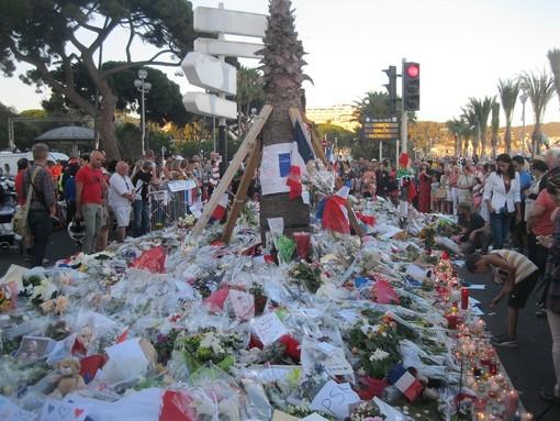 Tanta gente nelle ore successive all'attentato del 14 luglio 2016 a Nizza