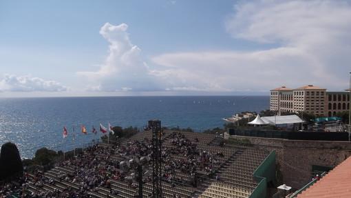 Uno scatto dalla prima domenica di questo torneo 2012: il sole, le tribune e sullo sfondo, la scuola di vela sul mare monegasco