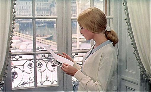 """Jacques Demy, Les parapluies de Cherbourg, 1964, photogramme, """"Geneviève à la fenêtre"""""""
