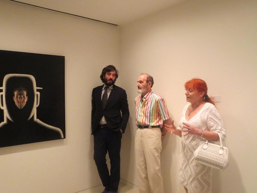 Cristiano Raimondi a sinistra con Erik Boulatov al centro con la moglie all'inaugurazione di una mostra