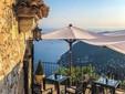 Foto 3: Concedersi una pausa su una delle terrazze di un hotel di lusso