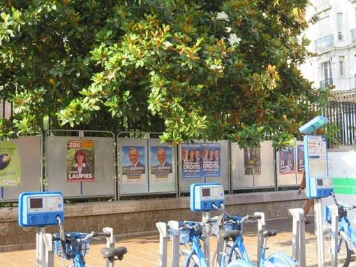 Tabelloni elettorali in Rue de France a Nizza