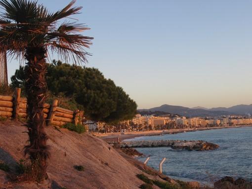 La spiaggia di Fabron vista da Carras a Nizza