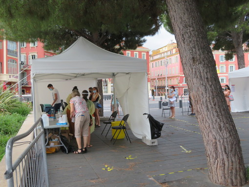 Nizza, Place Massena, fila per il test