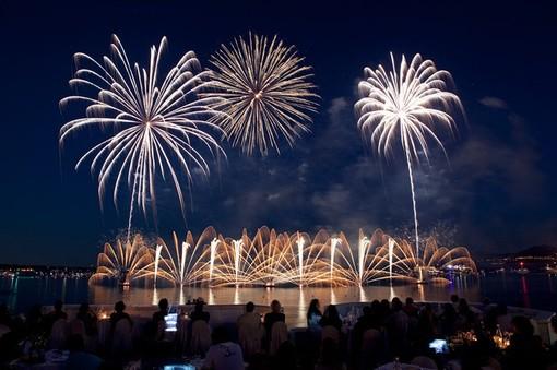 A Cannes i fuochi d'artificio illuminano la baia con un Festival tra luci e musica
