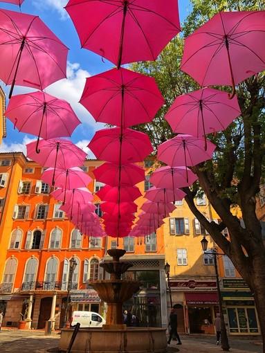 Ombrelli rosa a Grasse
