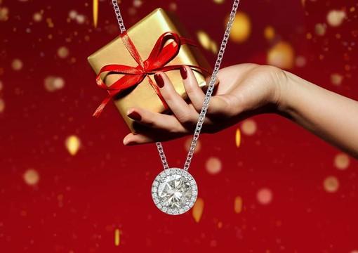 A Natale desideri lasciarla senza parole? Sorprendila con un gioiello