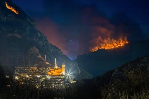 L'incendio stanotte (Foto S. Dubois)