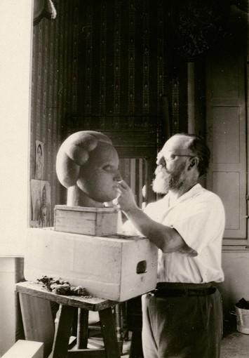 Henri Matisse travaillant la sculpture Henriette II Original: Archives Henri Matisse / D.R.