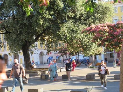 Mascherine in Place Garibaldi a Nizza