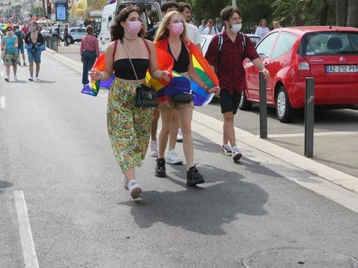 """Le manifestazioni """"arcobaleno"""" e """"no vax"""" e """"no Pass"""" di ieri a Nizza"""