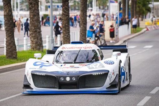 La vettura MissionH24, LMPH2G, impegnata sulla Promenade des Anglais