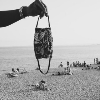 Mascherina in spiaggia, interpretazione fotografica di Silvia Assin
