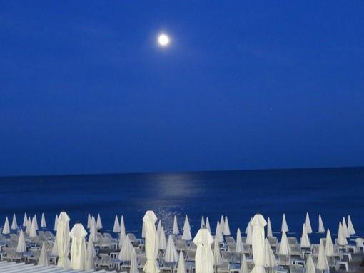 Una spiaggia di Nizza di notte