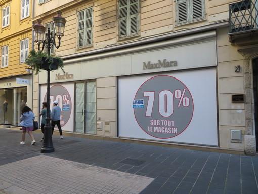 Vendesi e affittasi: cartelli sulle serreande abbassate in centro a Nizza
