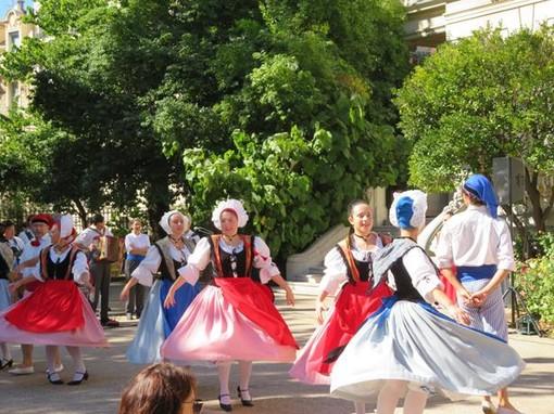 Il gruppo folkloristico Nissa la Belle si esibisce al Jardin Massena il 19 settembre 2021