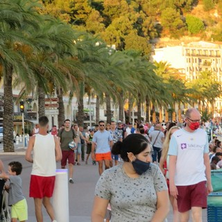 Nizza, Quai des Etats Unis la sera del 5 agosto: poche mascherine