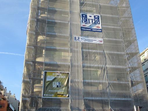 """L'amministratore di un condominio di Nizza si promuove sulla facciata del palazzo che amministra: """"Un Syndic qui vous veut du Bien"""""""