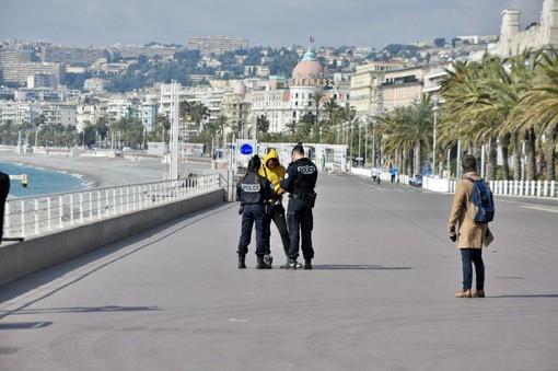 Controlli di polizia sulla Promenade des Anglais a Nizza (Prefettura)
