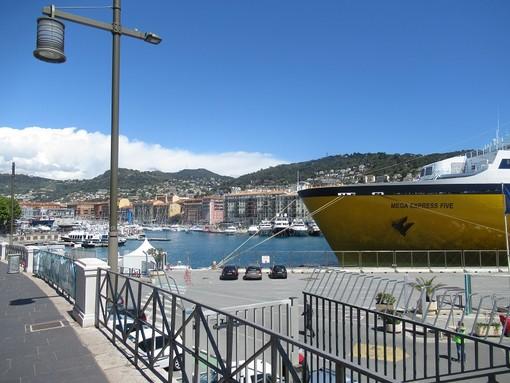 Traghetto della Corsica Ferries nel porto di Nizza