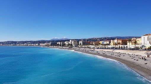 Nonostante la pandemia il bel tempo attira molte persone sulle spiagge di Nizza, foto di Ghjuvan Pasquale