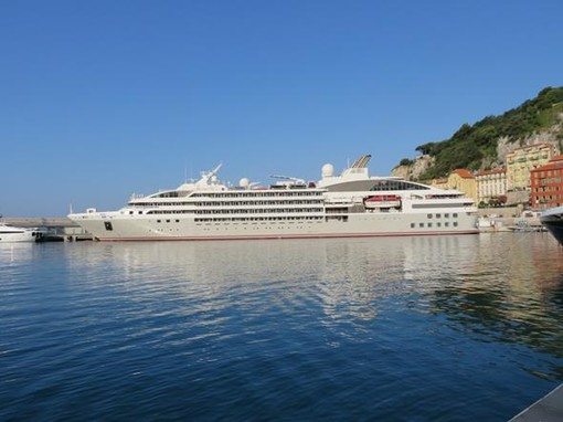 La nave da crociera Lyrial ormeggiata nel porto di Nizza