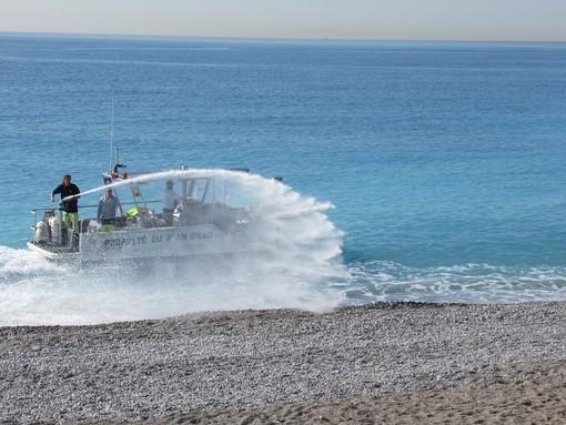 Nizza, pulizia delle spiagge