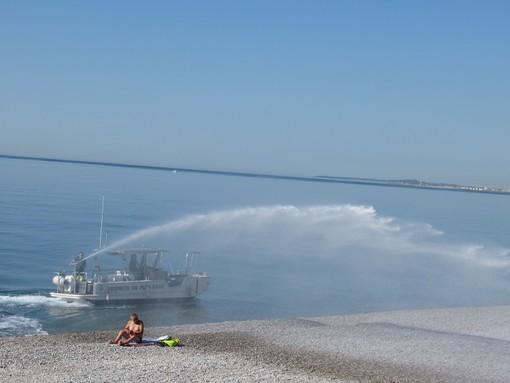 Pulizia delle spiagge a Nizza