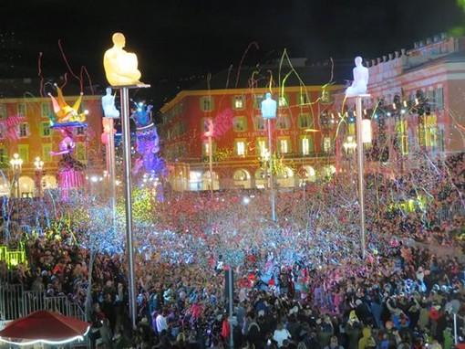 Nizza, carnevale 2020, il pubblico sulle tribune di Place Massena