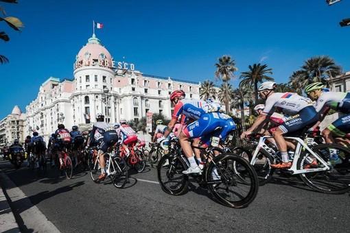 Partenza davanti al Negresco per l'ultima tappa della Parigi Nizza edizione 2021
