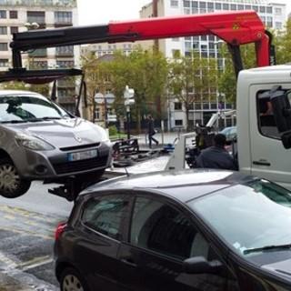 """Caccia alle vetture abbandonate in strada: a Nizza parte l'operazione """"rimozione forzata"""""""